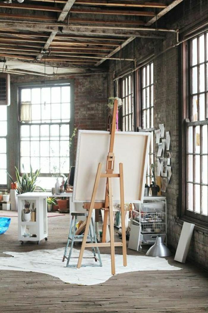 1-ateliers-et-lofts-plafond-haut-intérieur-meuble-industriel-tapis-en-cuir-animal-fenetre-salon-plein-de-lumière