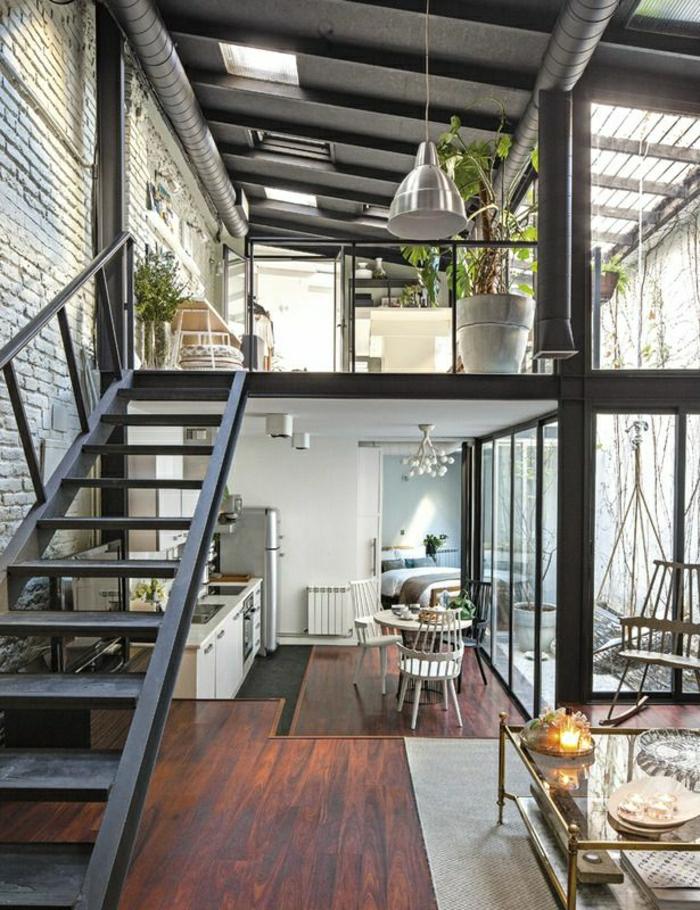 1-ateliers-et-lofts-plafond-haut-intérieur-moderne-sol-en-parquet-foncé-plante-verte