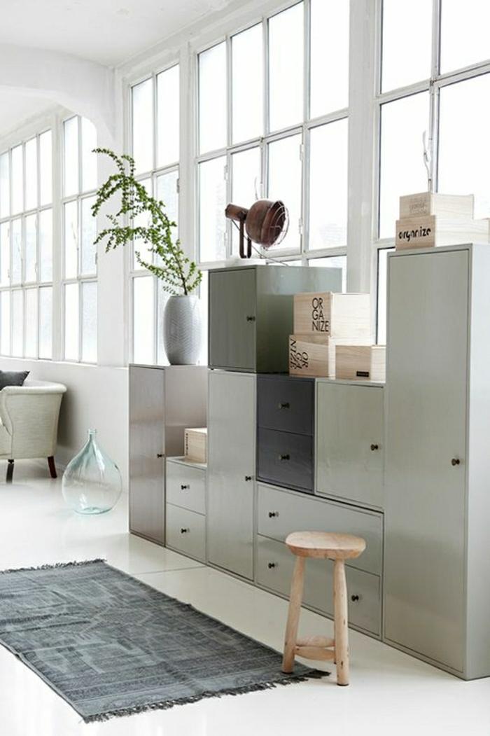 1-ateliers-et-lofts-salon-tapis-gris-sol-en-lin-beige-gris-meuble-en-bois-cube-de-ranagement