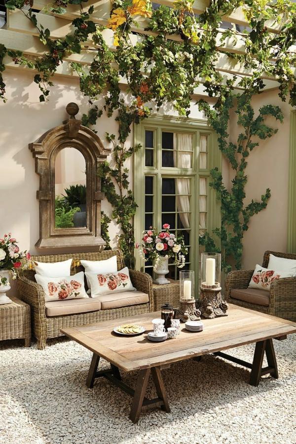 1-beau-jardin-avec-grande-table-de-jardin-en-bois-basse-canapé-bois