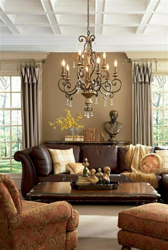 1-canapé-en-cuir-salon-en-cuir-rideaux-longs-beiges-fleurs-jaunes-plafond-blanc