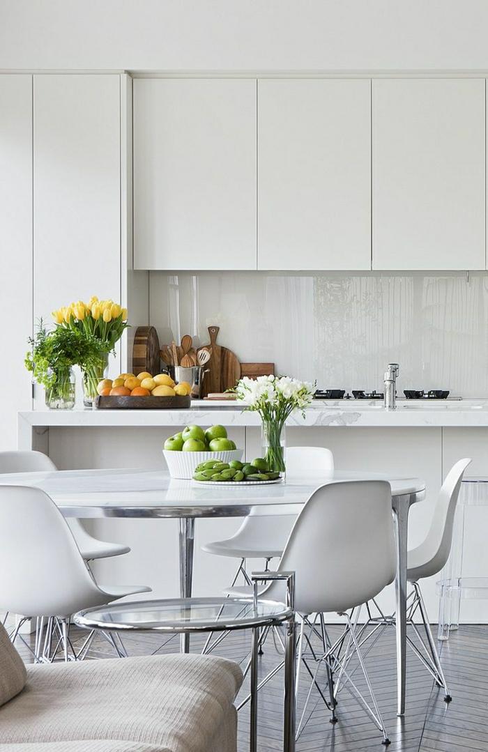 1-chaise-plastique-blanc-cuisine-salle-de-séjour-moderne-plantes-vertes-peintures-murs-blancs