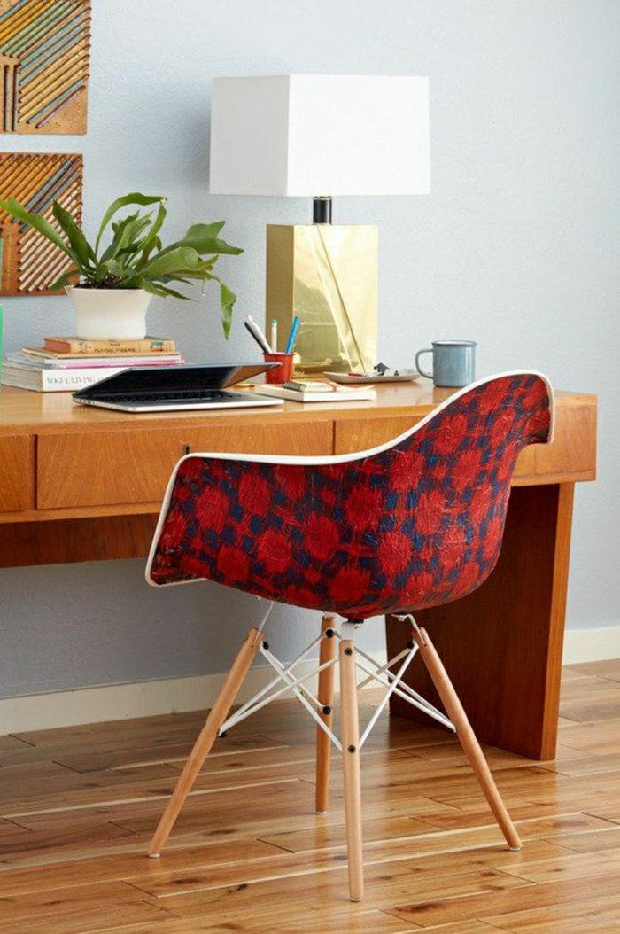 1-chaise-plastique-colorée-rouge-blanc-bureau-de-travail-confortable-sol-en-parquet-plantes-vertes