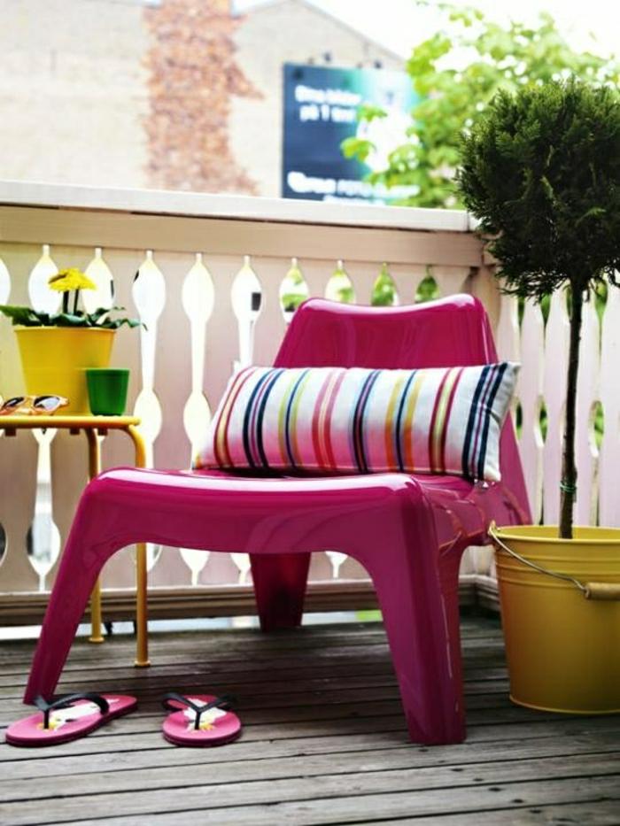 1-chaise-plastique-violet-jardin-terrasse-plantes-vertes-sol-plancher-belle-vue-fleurs