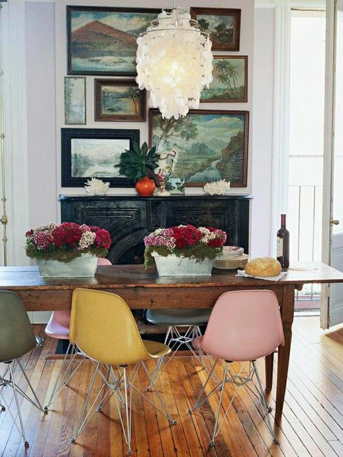 1-chaises-plastiques-colorées-cuisine-salle-de-séjour-deco-coloré-peintures
