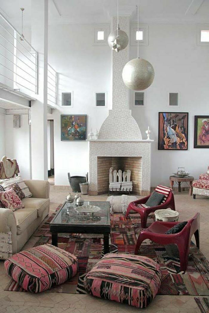 1-chaises-plastiques-colorées-rouges-salon-chaise-de-salon-tapis-coloré