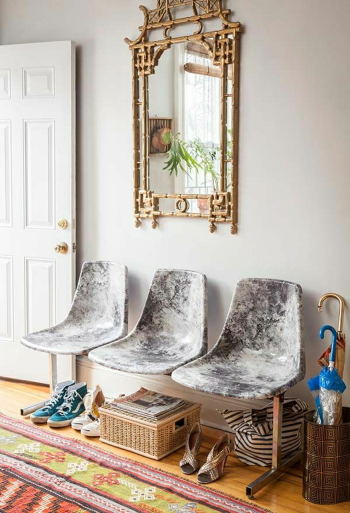 1-chaises-plastiques-dans-l-entrée-tapis-coloré-sol-en-parquet-mur-blanc-miroir