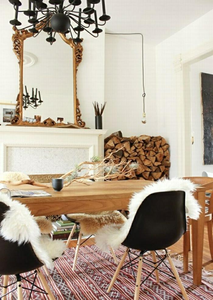 1-chaises-plastiques-noires-tapis-coloré-table-en-bois-miroir-pour-la-cheminée