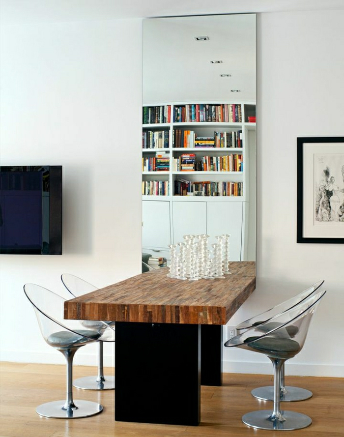 1-chaises-transparentes-en-verre-table-en-bois-miroir-décoratif-pour-le-mur