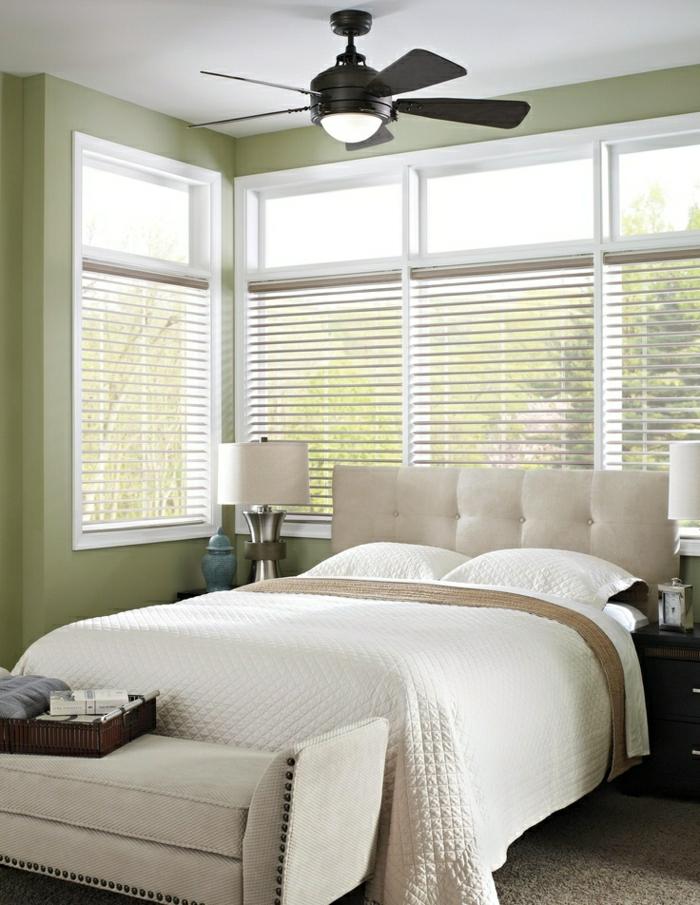1-chambre-a-coucher-avec-lit-blanc-fenetre-grande-lampe-de-chevet-blanc
