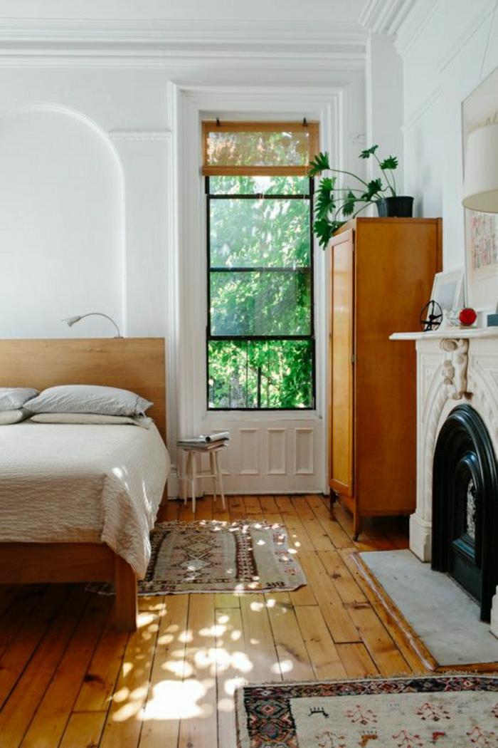 1-chambre-a-coucher-mansardé-sol-parquet-cheminéе-meuble-en-bois-fenetre