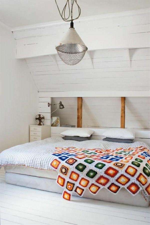 1-chambre-ambiance-cocooning-sol-en-parquet-blanc-couverture-de-lit-colorée-coussins
