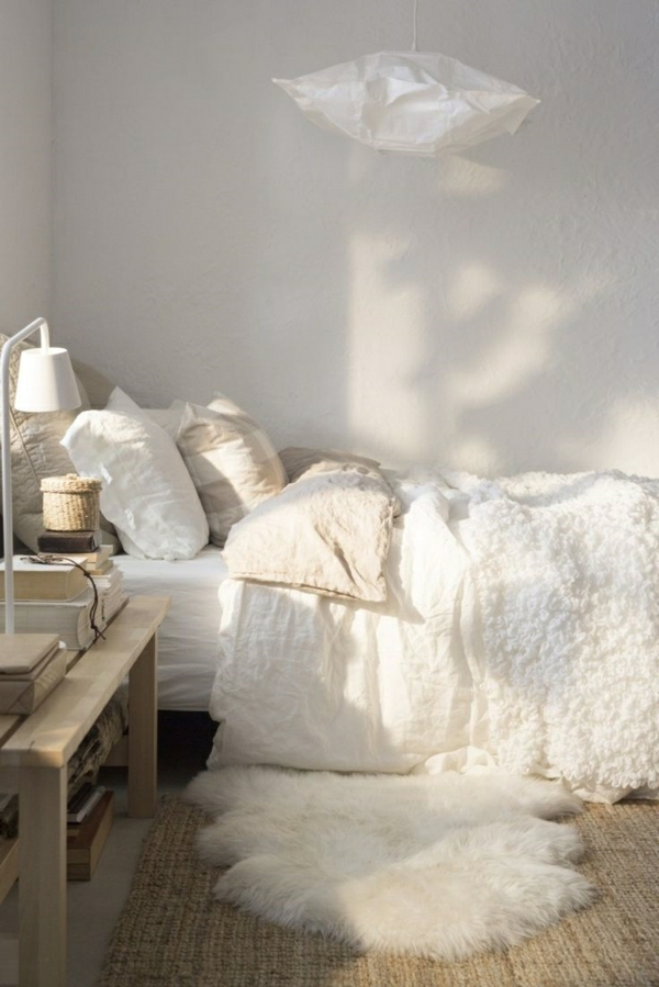 1-chambre-cocooning-idée-déco-chambre-à-coucher-lit-couverture-de-lit-beige-coussins-blancs