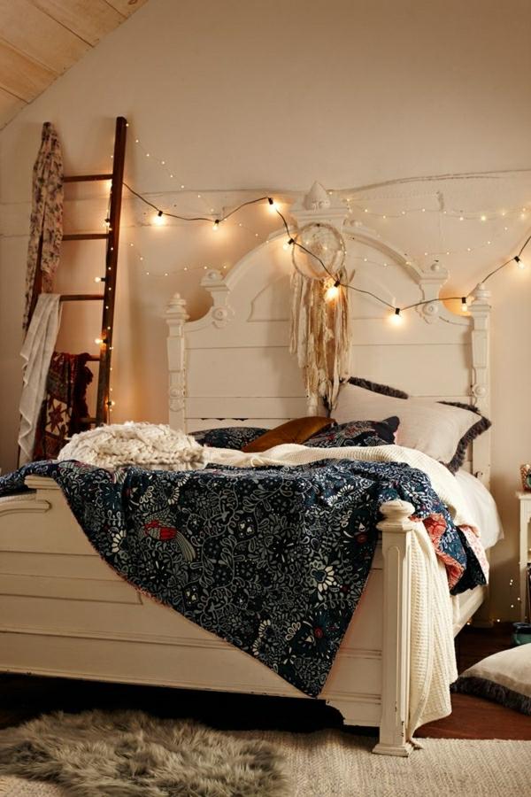 1-chambre-cocooning-idée-déco-chambre-à-coucher-lit-couverture-de-lit-colorée-lit-en-bois-blanc
