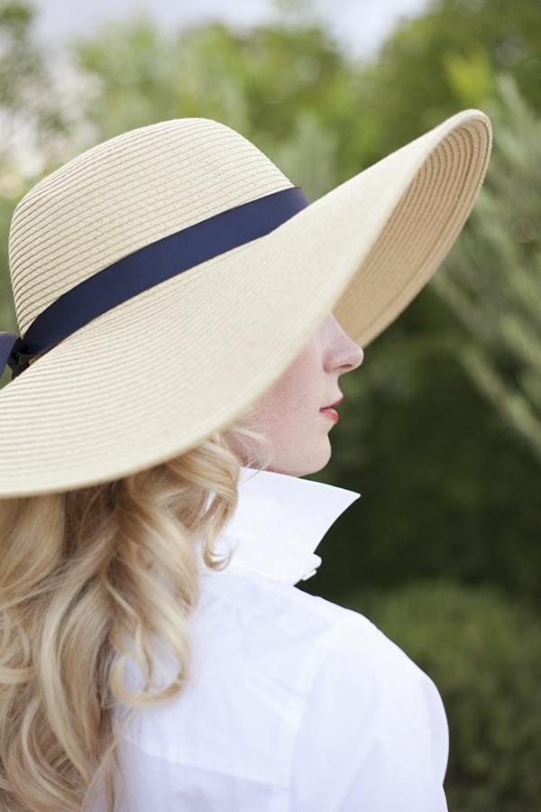 1-chapeau-beige-chemise-blanc-femme-blonde