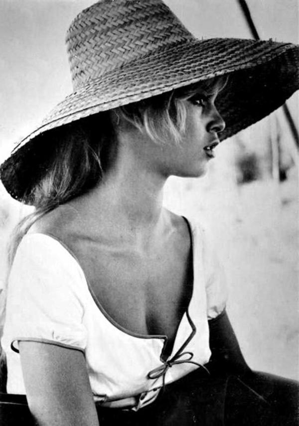 1-chapeau-de-paille-femme-blonde
