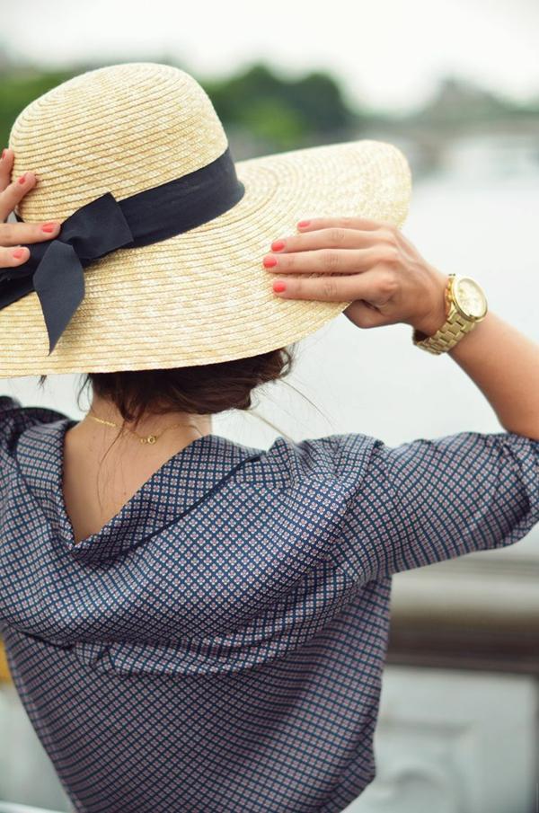 1-chapeau-paille-chemise-femme-élégant-au-bord-du-lac