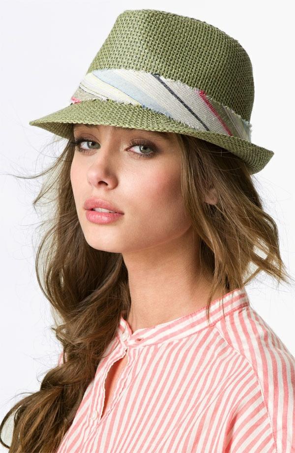 1-chapeau-paille-vert-chemise-femme-élégant-rose-blanc