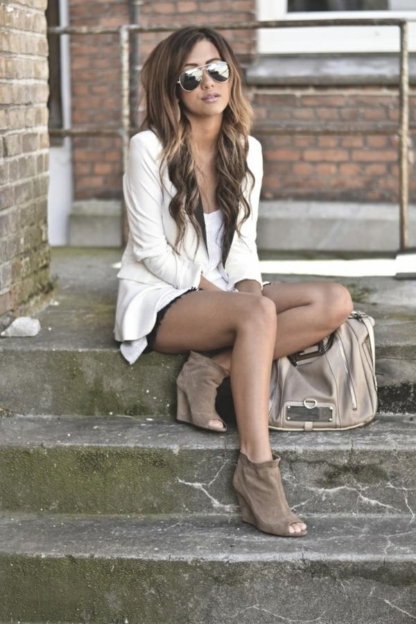 1-chaussures-compensés-en-cuir-beige-femme-longues-cheveux-sac