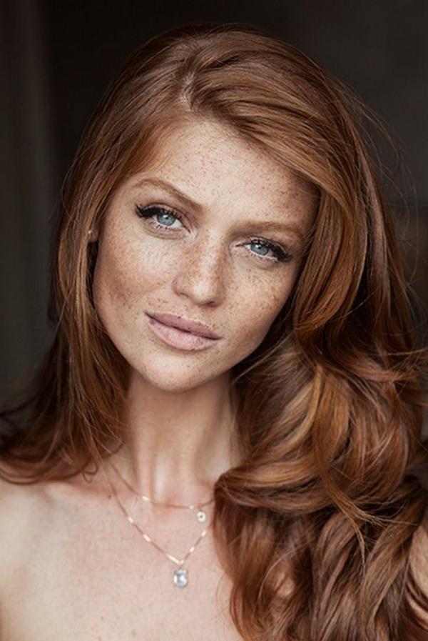 visage avec taches de rousseur, yeux bleus, fille avec cheveux rouges