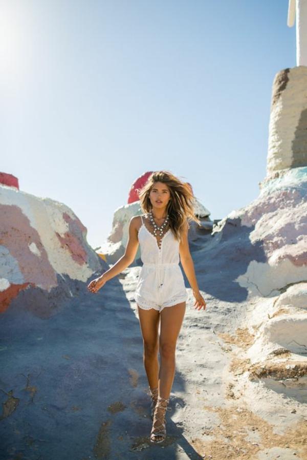 1-combinaison-pantalon-court-blanc-en-dentelle-mode-femme-cheveux-brunes-plage-mode