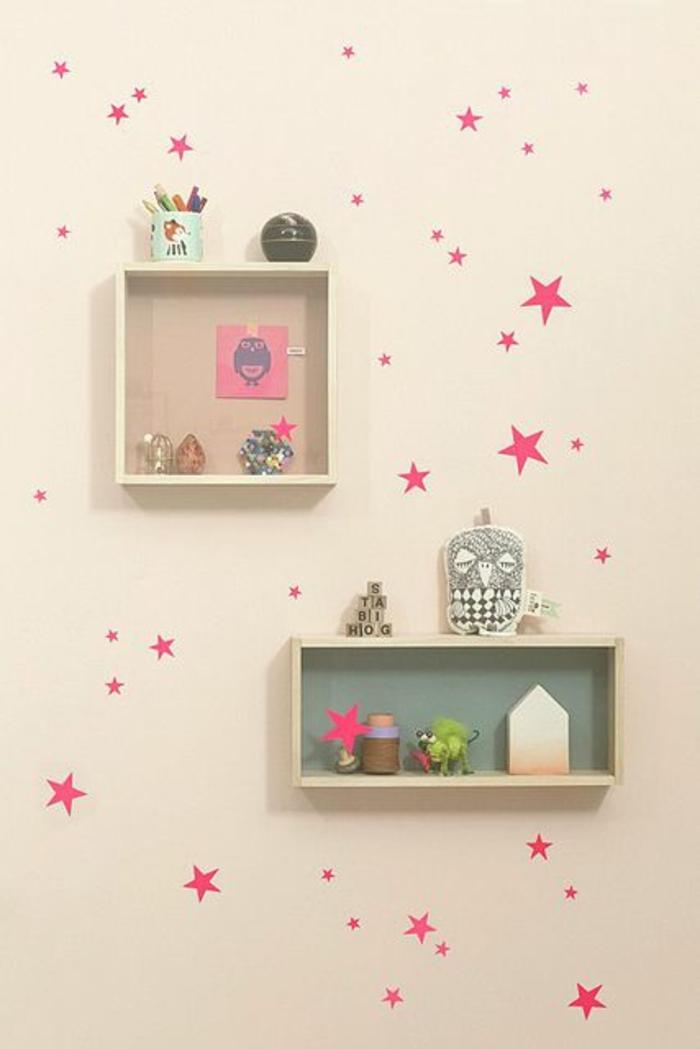 1-cube-de-rangement-en-bois-chambre-d-enfant-idée-originale-mur-insolite-beige-etoiles