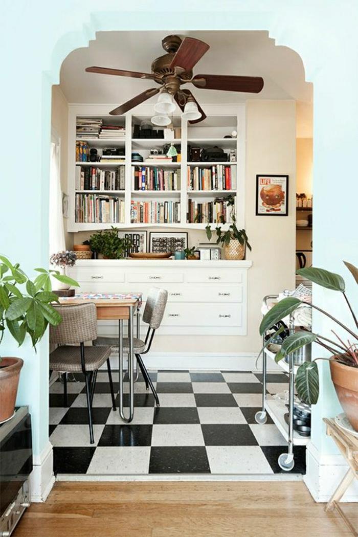 1-cuisine-carrelage-blanc-noir-plantes-vertes-livres-cuisine-sol-en-parquet