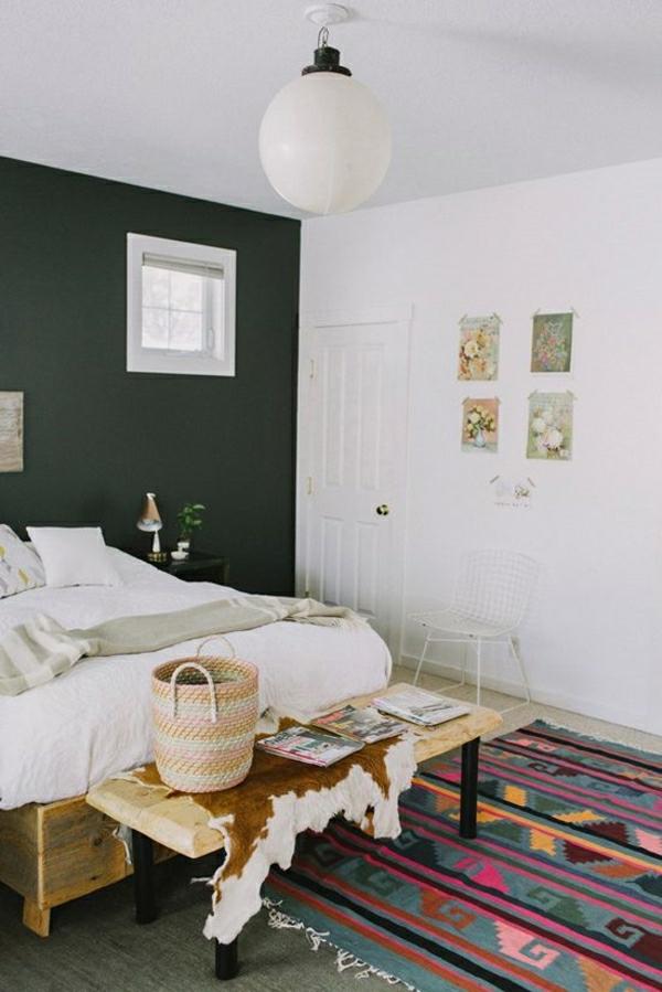 1-deco-cocooning-chambre-a-coucher-tapis-coloré-murs-blanc-gris-idée-porte-blanche