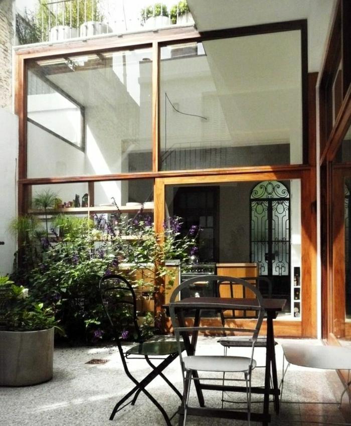 1-extérieur-ateliers-et-lofts-modernes-jardin-cour-table-et-chaises-de-jardin-en-fer-forgé