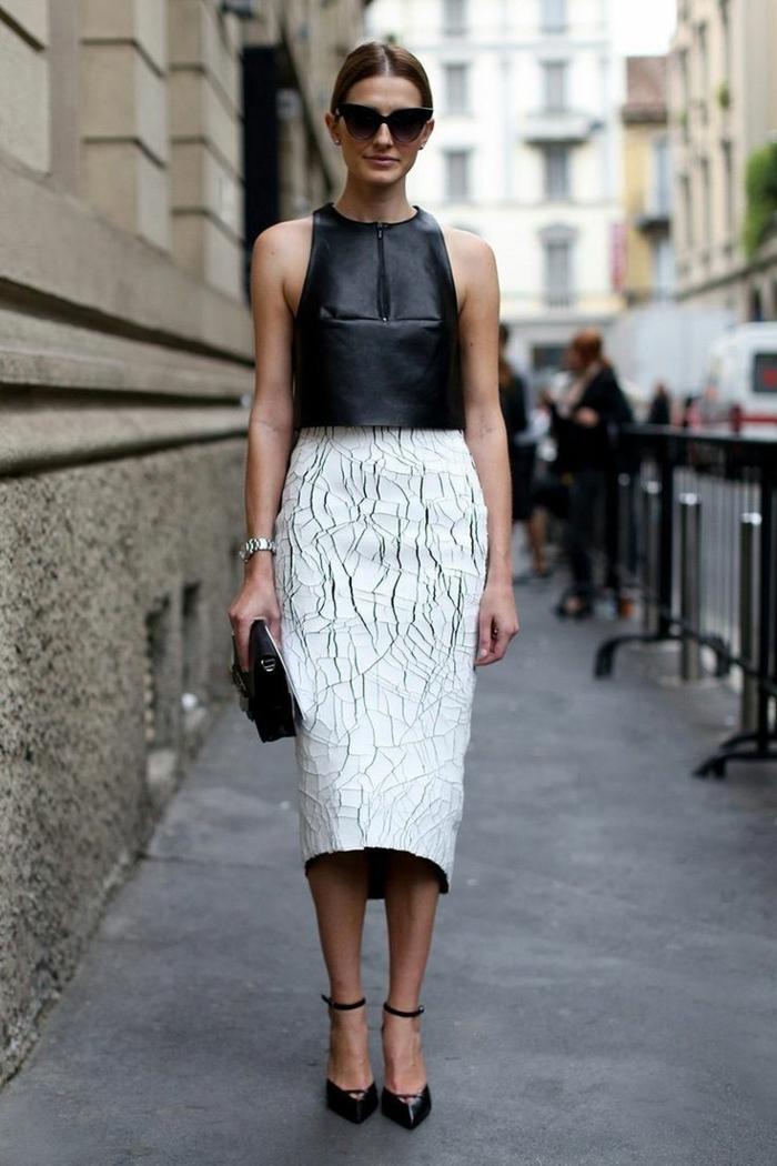 1-femme-élégante-avec-une-jupe-mi-longue-jupe-droite-top-blanc-lunettes-de-soleil