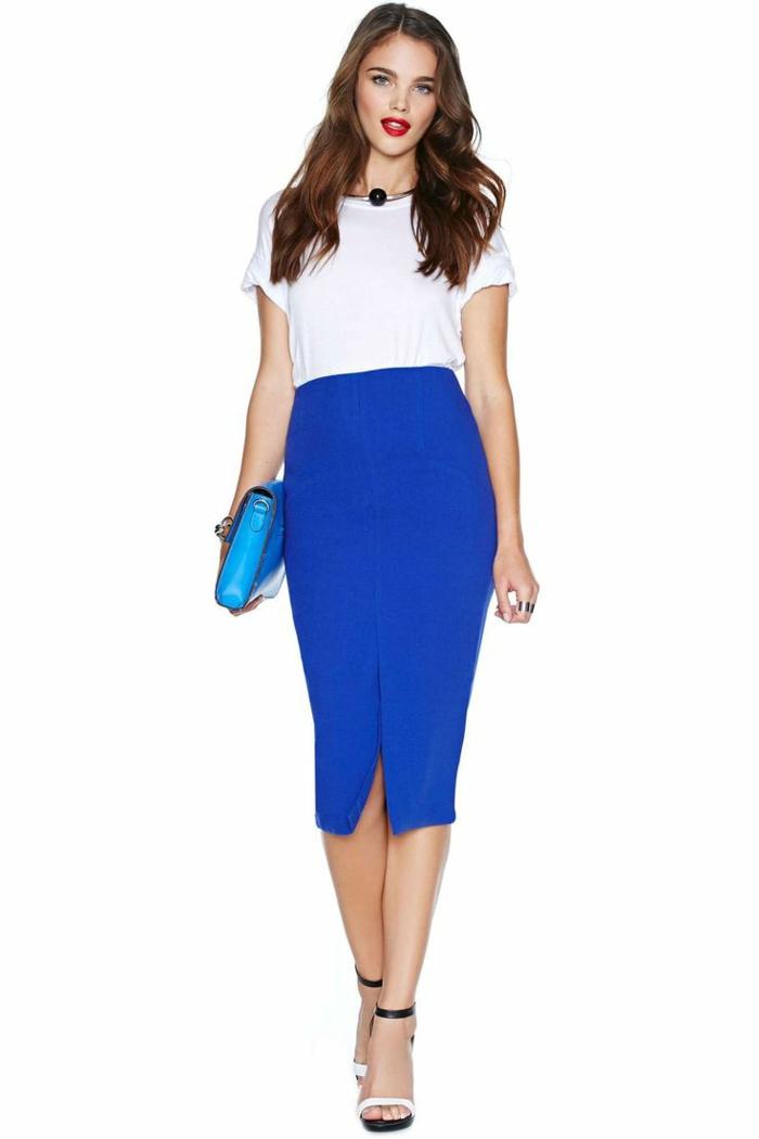1-femme-avec-une-jupe-élégante-droite-bleue-sac-a-main-bleu-t-shirt-blanc