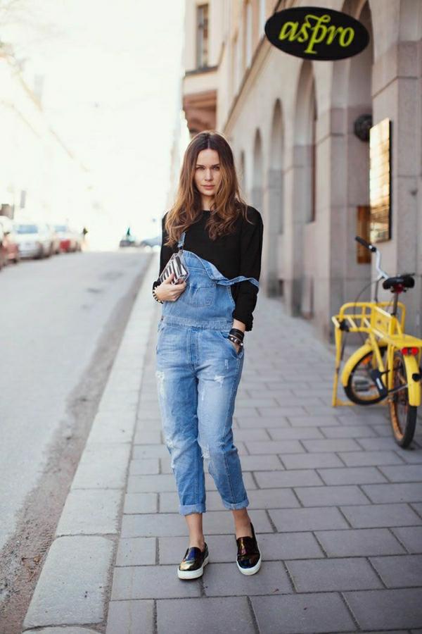 1-femme-avec-une-salopette-en-jean-marche-sur-la-rue-avec-mocassins-noirs