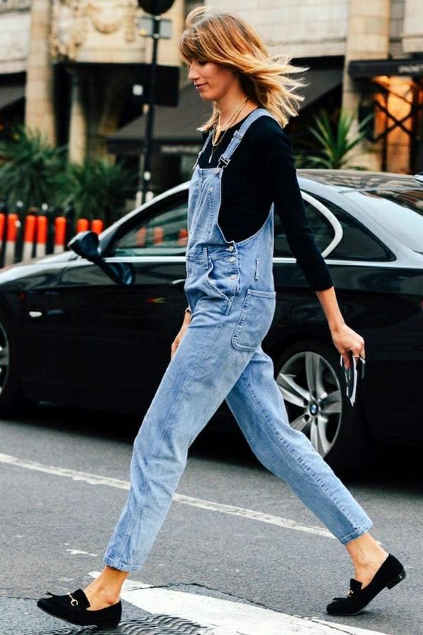1-femme-avec-une-salopette-en-jean-marche-sur-la-rue-blonde-femme