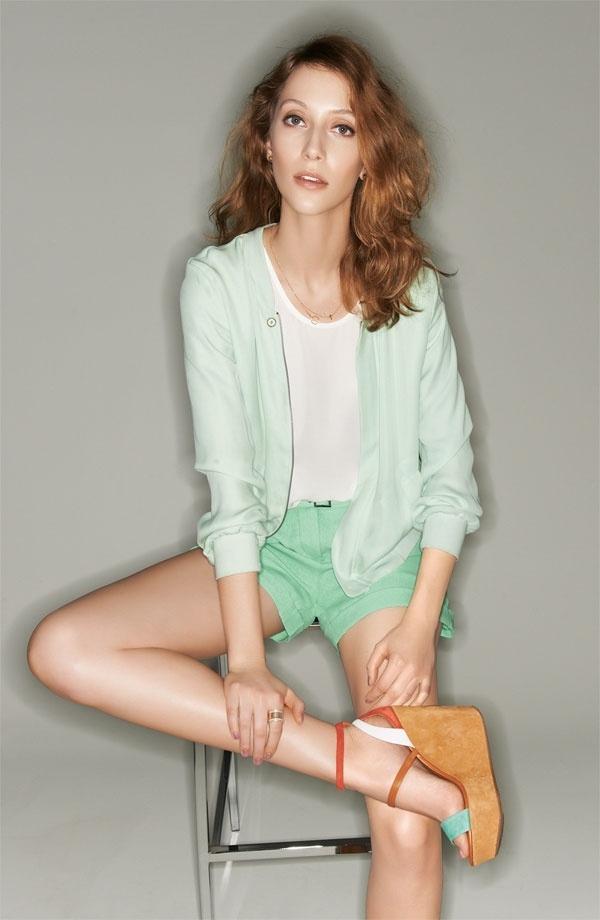 1-femme-mode-ete-chaussures-compense-pantalon-court-bleu-veste-bleu