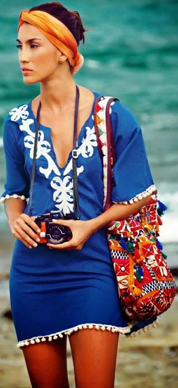 1-femme-robe-de-plage-sac-de-plage-coloré-camera