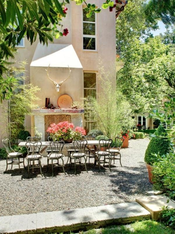 1-galets-décoratifs-jardin-table-chaises-fer-forgé-fleurs