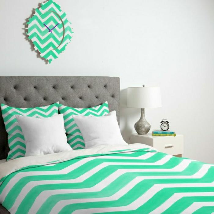 1-horloge-au-design-unique-a-rayures-blanc-bleu-linge-de-lit-blanc-bleu