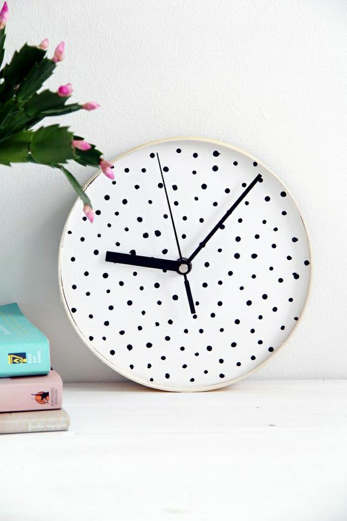 1-horloge-murale-décorative-horloge-blanche-fleurs-livres-mur-blanc