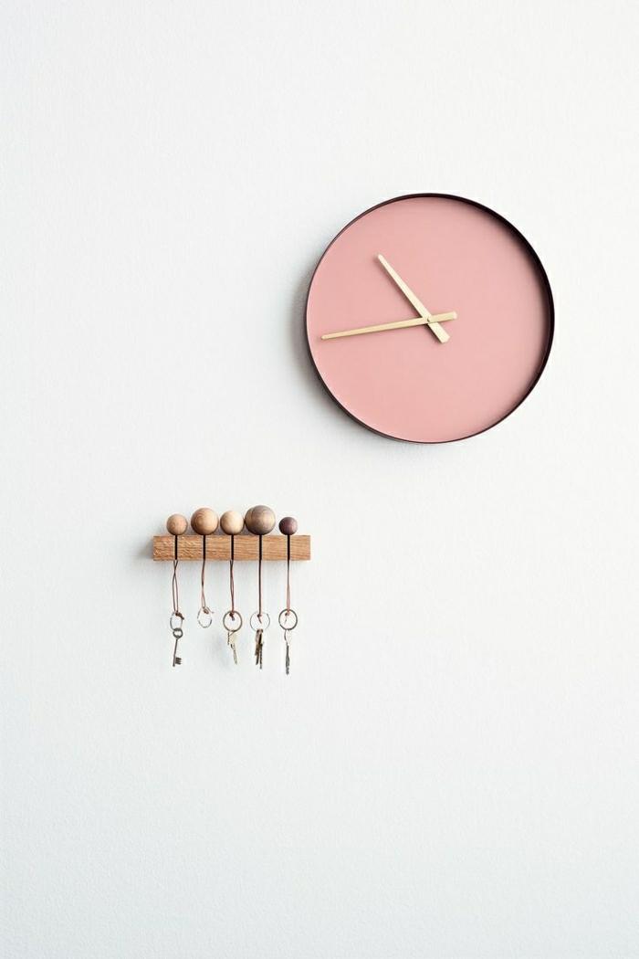 1-horloge-murale-rose-pendule-murale-de-couleur-rose-mur-blanc
