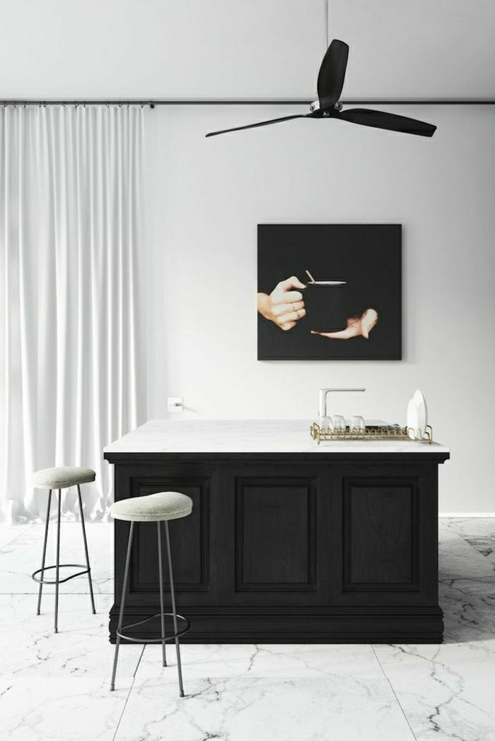 1-intérieur-élégant-peinture-murales-déco-blanc-noir-rideaux-longs-blancs-chaises-bar