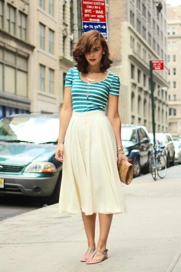 1-jupe-évasée-mi-longue-blanche-femme-élégante-marcher-sur-la-rue