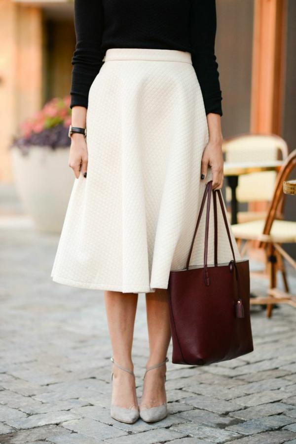 1-jupe-évasée-mi-longue-blanche-sac-rouge-femme-élégante-lunettes-de-soleil