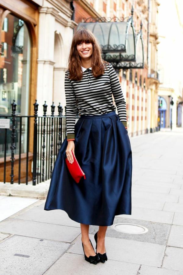 1-jupe-évasée-mi-longue-bleu-sac-a-main-rouge-chaussures-noires-a-talons