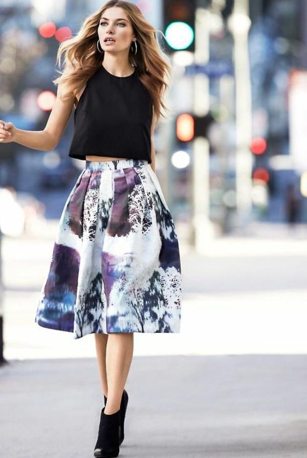 1-jupe-évasée-mi-longue-dessins-colorés-chaussures-talons-hauts-femme-mode