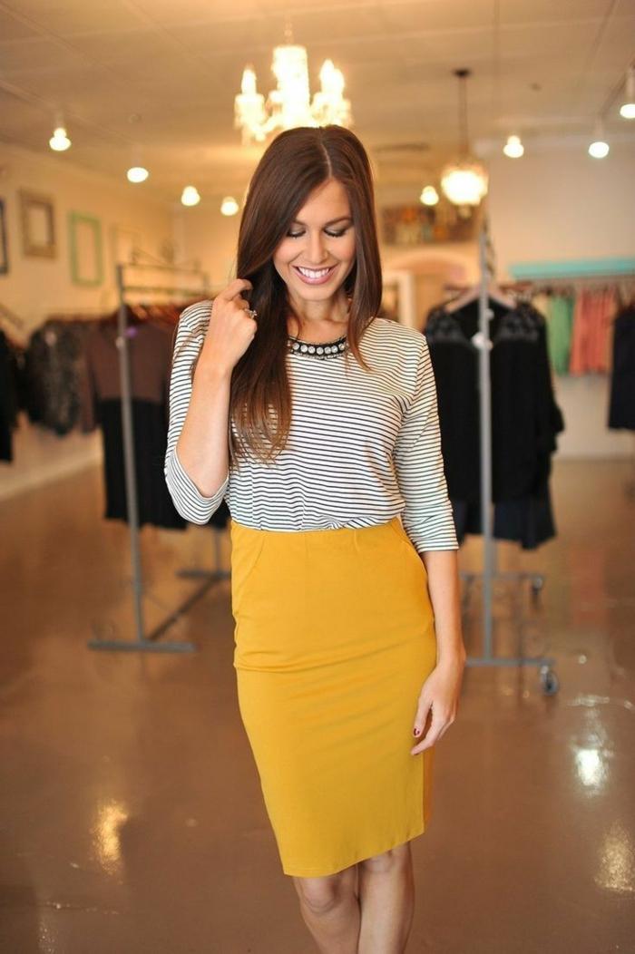 1-jupe-crayon-jaune-femme-sourirecheveux-longs-brunette-mode-t-shirt-aux-rayures