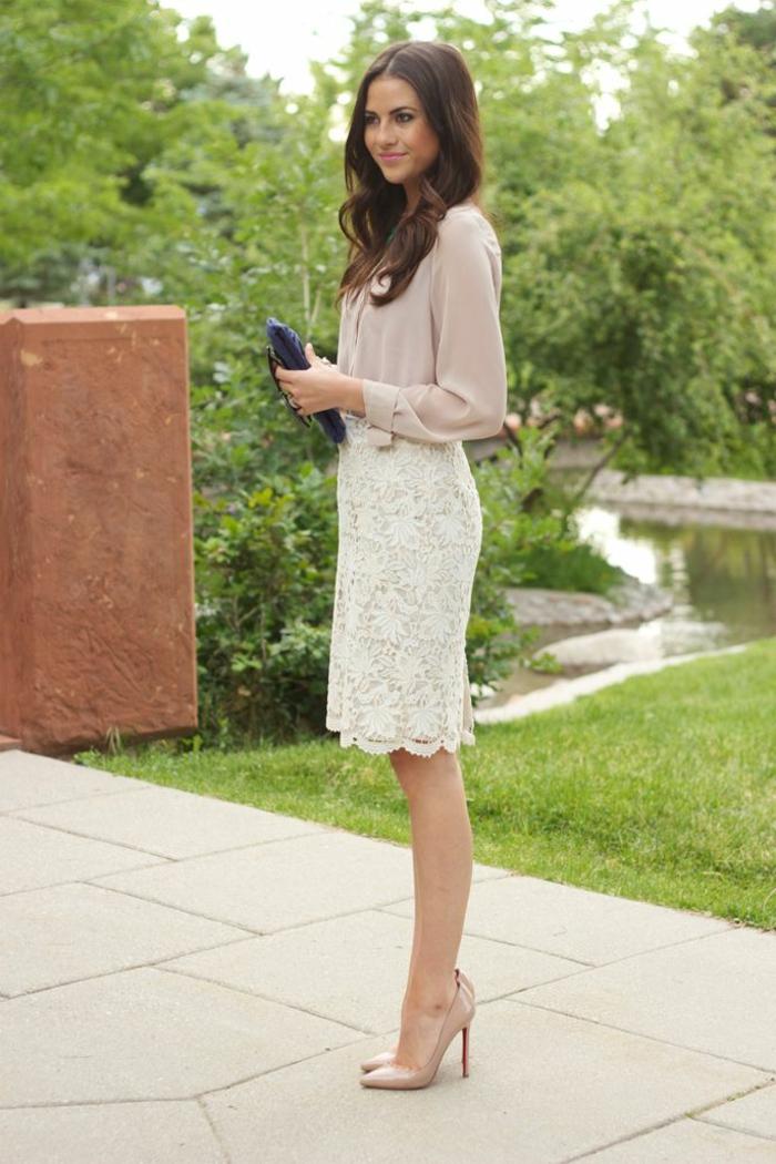 1-jupe-droite-en-dentelle-beige-femme-brunette-chemise-beige-cheveux-longs
