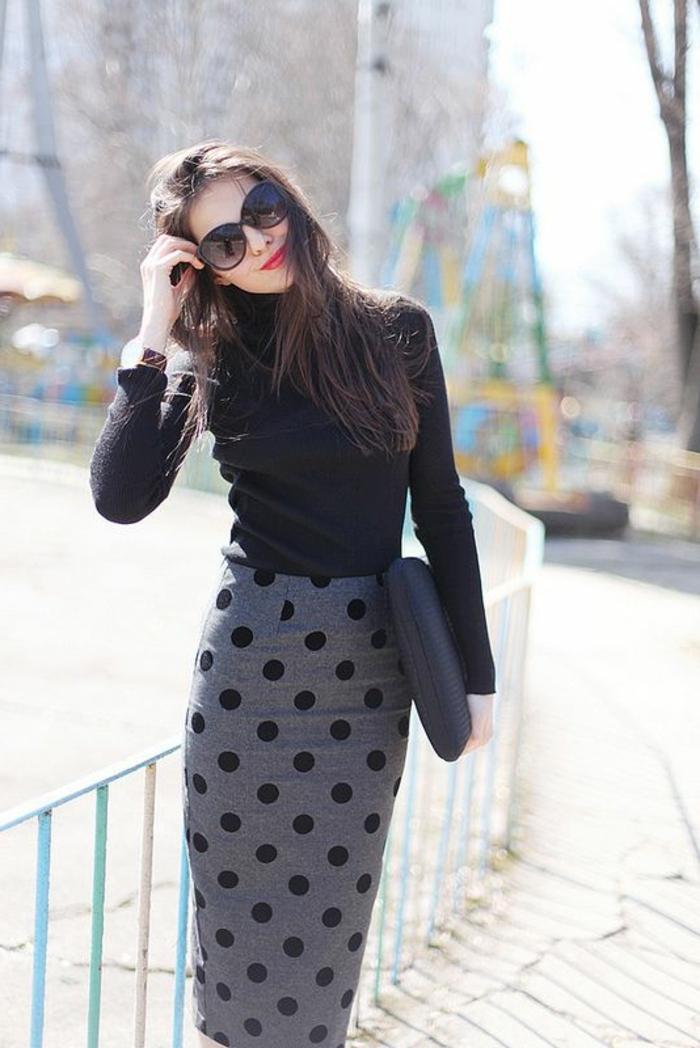 1-jupe-droite-gris-nir-femme-brunette-lunettes-de-soleil-noirs