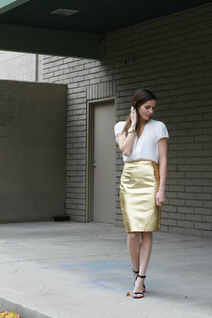 1-jupe-droite-or-chemise-blanche-femme-cheveux-mi-longs-bijoux-sandales-talons