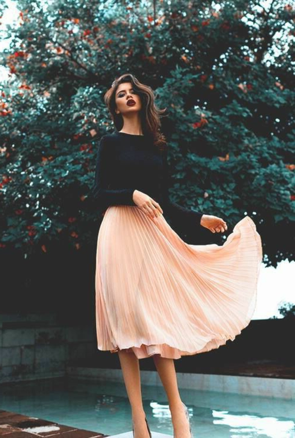 1-jupe-mi-longue-rose-beige-t-shirt-noir-femme-mode