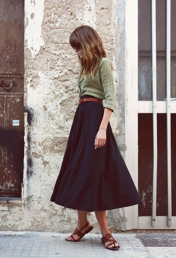 1-jupe-trapèze-noire-femme-mode-sandales-en-cuir-marron-marcher-rue